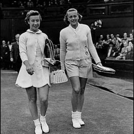 Pratt with Maureen Connolly before their 1954 semifinal match at Wimbledon